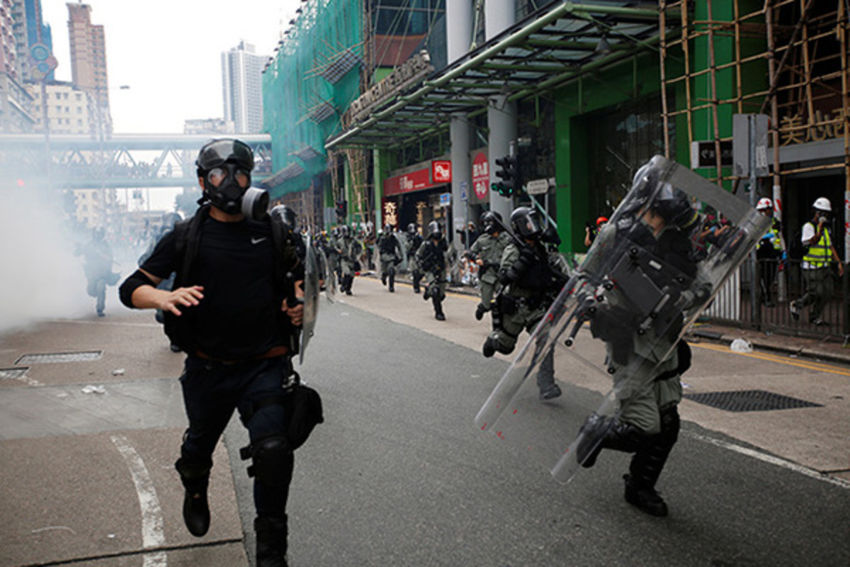 Некоторые банки в Гонконге приостановили работу после беспорядков