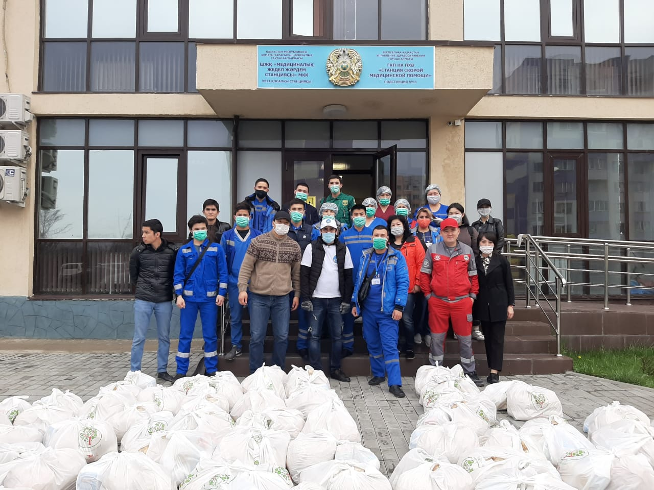 АНК вручили продовольственные пакеты 71 сотруднику скорой помощи в Алматы