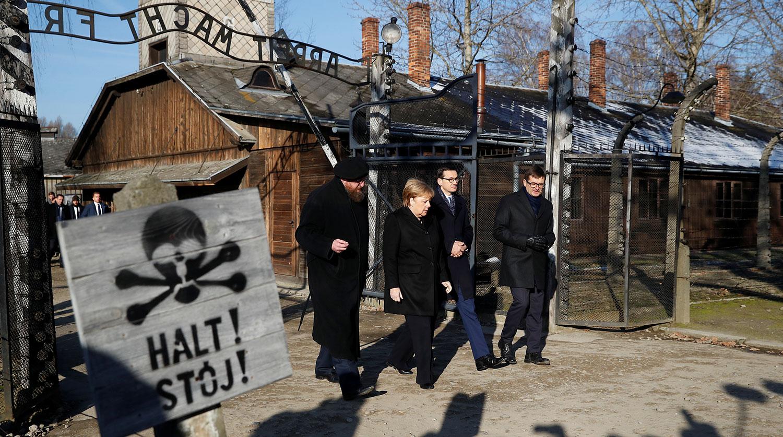Меркель впервые посетила концлагерь Освенцим за 14 лет на посту канцлера ФРГ