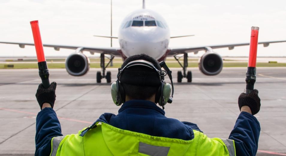 Доходы авиакомпаний упали вдвое