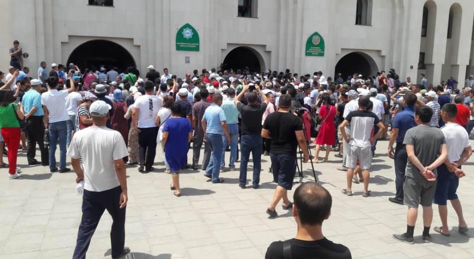 Аким Туркестанской области Умирзак Шукеев срочно прибыл к митингующим в Шымкенте жителям Арыси