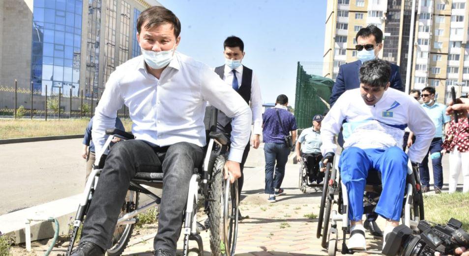 Как аким Актобе в инвалидной коляске по городу ездил