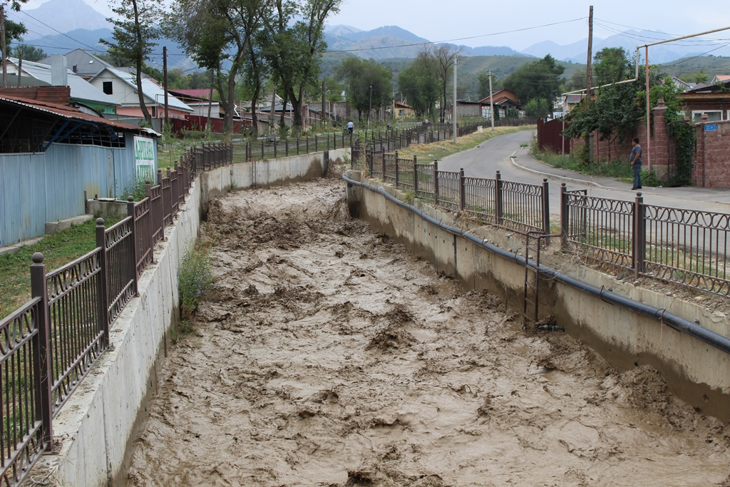 Вдвое снизился расход воды в русле реки в Алматы, где произошел селевой выброс
