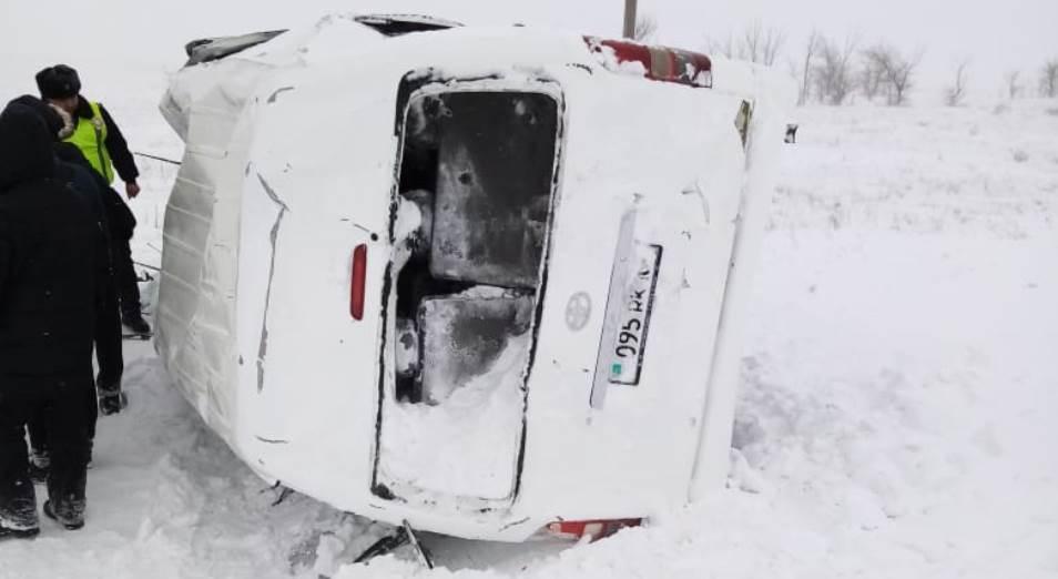 В Актюбинской области перевернулся микроавтобус с журналистами