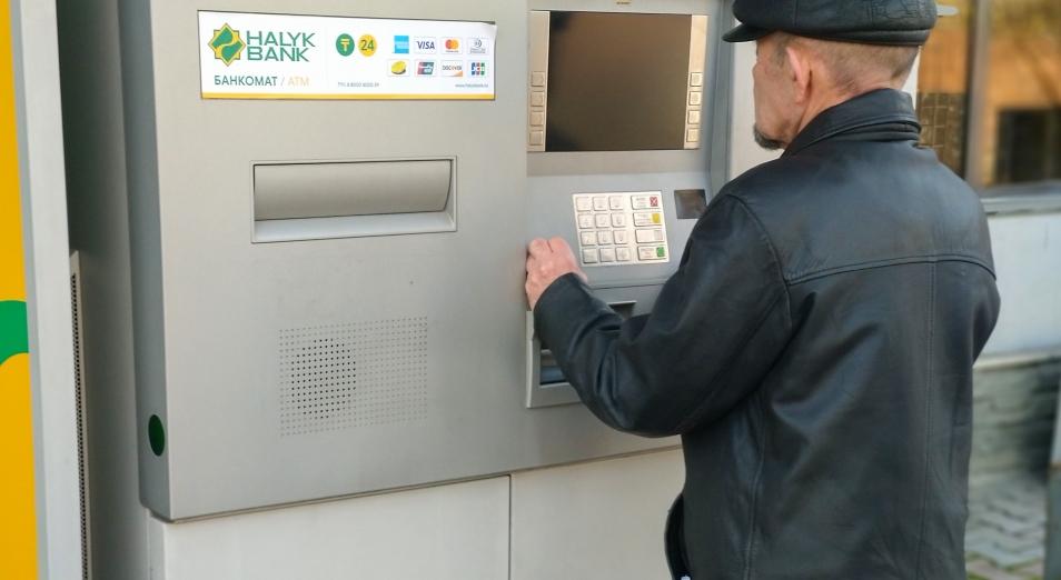Из 100 тенге на платежных картах казахстанцы обналичивают всего 37 тенге