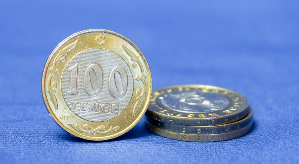 Тенге сдает позиции на общем негативном настрое инвесторов