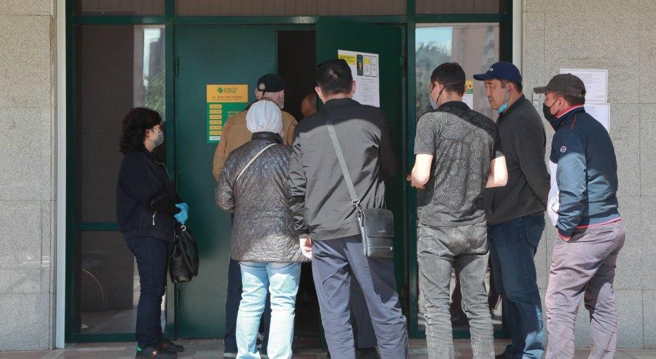 Коронавирус в Казахстане: банкам меняют время работы