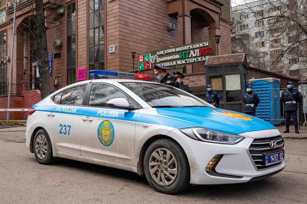 Переодетый в полицейскую форму актер напугал казахстанцев