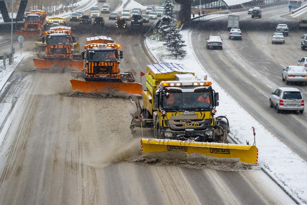 За ночь снег в Алматы убирали 574 единицы техники